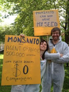 NO GMO Monsanto couple