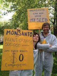 NO GMO Monsanto couple